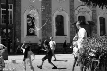 Der Seifenblasenmann und die Kinder.